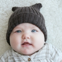 Resår stickad mössa till en gullig liten tjej